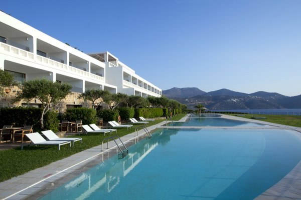 02---suite-sharing-pool-rooms-exterior